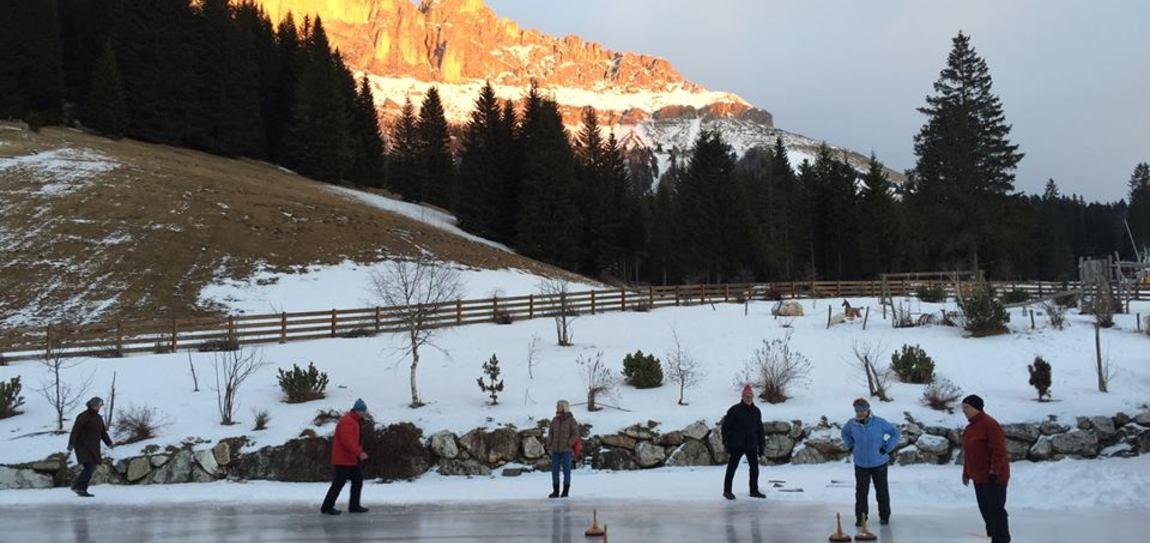 Eisstockturnier mit den Gästen bei Sonnenuntergang