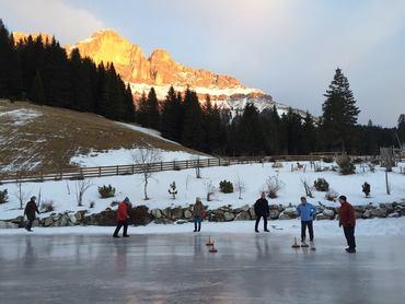 Torneo di curling con gli ospiti al tramonto del sole