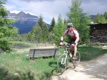 Unsere Bikeguides und Skistars Florian und Michael Eisath bei der Erkundung der Lieg-Lavazé Tour