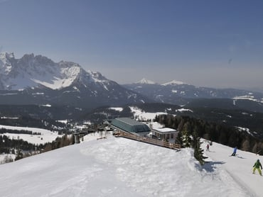 The new TSCHEIN 6-seat revolving chairlift in the ski area Carezza